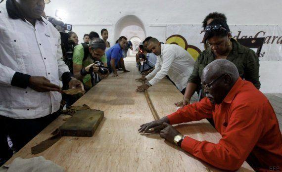 Un tabaquero cubano crea el puro más grande del mundo por el 90 cumpleaños de