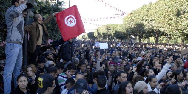 El primer ministro de Túnez anuncia un nuevo gobierno de tecnócratas tras el asesinato de un líder