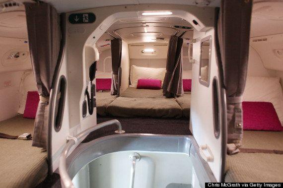 ¿Dónde duermen los azafatos durante el vuelo? Las habitaciones de los auxiliares en el avión