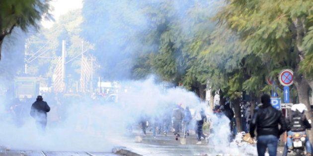Disturbios en Túnez en el entierro del líder opositor asesinado, con gases lacrimógenos en el cementerio