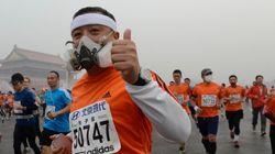 Así han tenido que correr algunos la maratón de Pekín por la contaminación