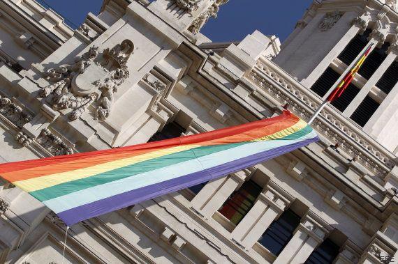 La bandera arcoíris ya ondea en Cibeles convertida en