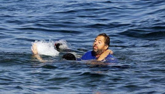 Un griego anónimo salva a un refugiado afgano de morir ahogado