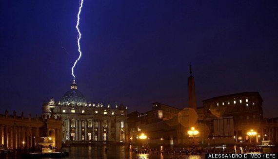 Foto del rayo que cayó en la cúpula del Vaticano el día que el papa renunció: la historia tras la imagen