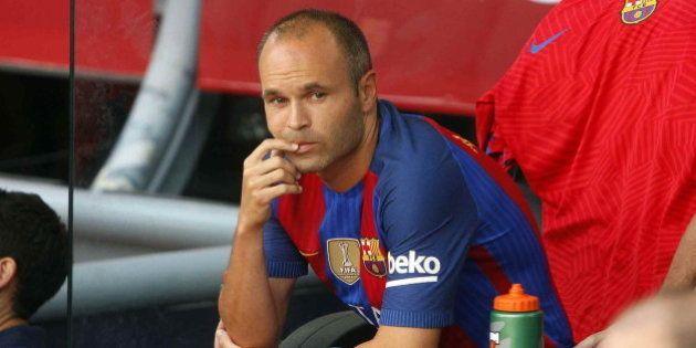 La ovación del Sánchez Pizjuán a Iniesta al retirarse