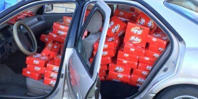 Le roban una chocolatina del coche y la marca le recompensa mandándole