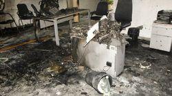 Una mujer se quema a lo bonzo en una oficina