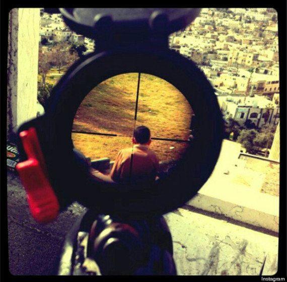 La foto de un niño palestino en el punto de mira de un soldado israelí en Instagram indigna a las redes...