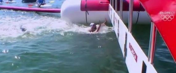 Descalifican a la nadadora francesa Aurélie Muller por impedir tocar la meta a una