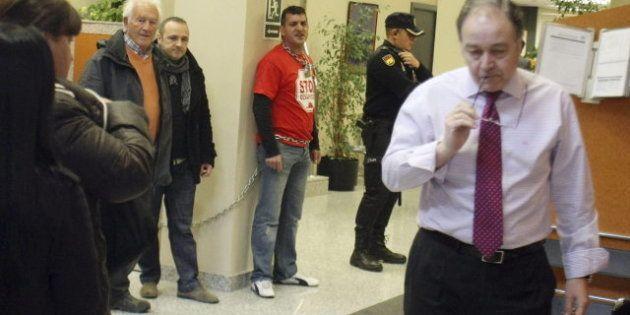 Un vecino de Alicante se encadena al banco para pedir que se salde su deuda y no ser