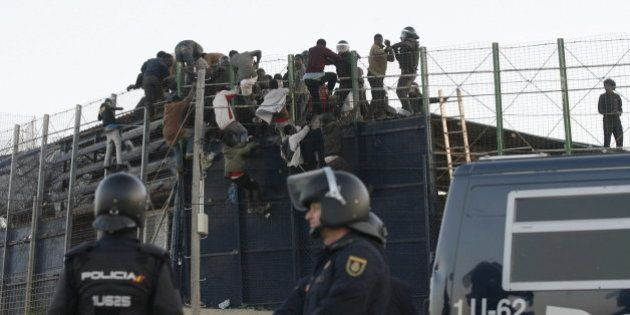 Una veintena de inmigrantes saltan la valla de