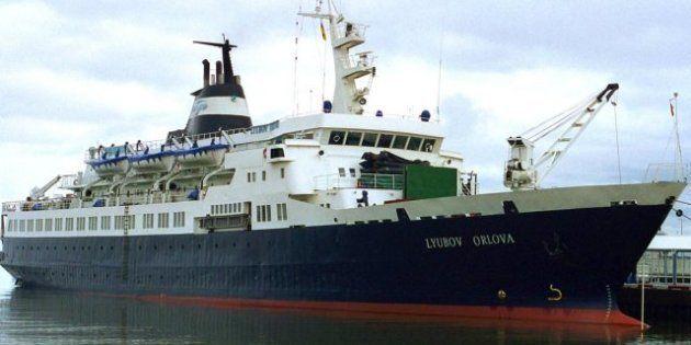 Ecologistas advierten del peligro que supone un barco fantasma a la deriva en pleno océano