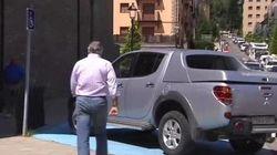 Bárcenas aparca en una plaza de discapacitados para firmar en un juzgado de