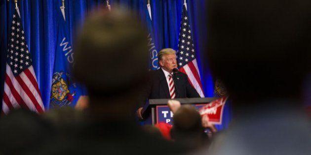 Trump acusa a Clinton de ver a los negros