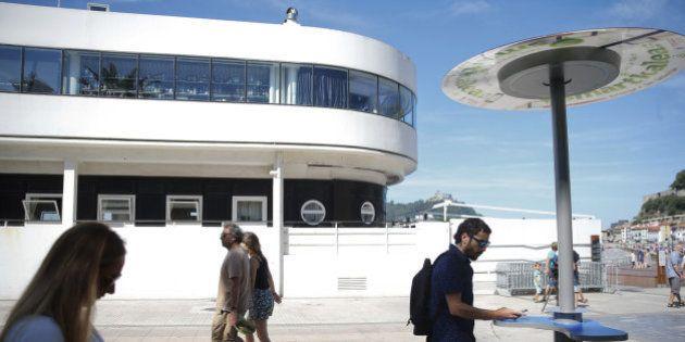 San Sebastián instala un cargador de móviles en la