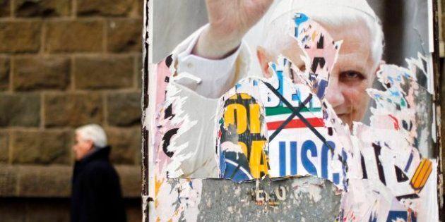 Un cura italiano quema foto de Benedicto XVI durante la misa por renunciar al