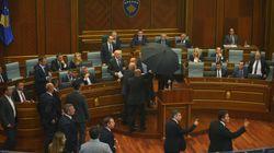 Lluvia de huevos contra el primer ministro de Kosovo en el