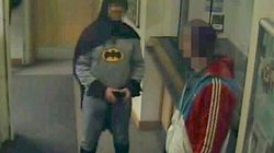 Es lo que parece: Batman entrega a un delincuente a la