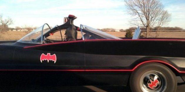 19 cosas que no esperabas encontrarte en la carretera: un perro en moto, un dinosaurio, Batman...