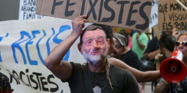 Un escolta de Rajoy desenfunda su pistola ante un manifestante en