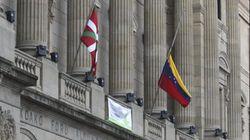 La Diputación de Guipúzcoa cuelga la bandera de Venezuela a media
