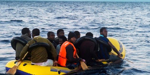 Rescatados 10 inmigrantes a bordo de una patera hinchable