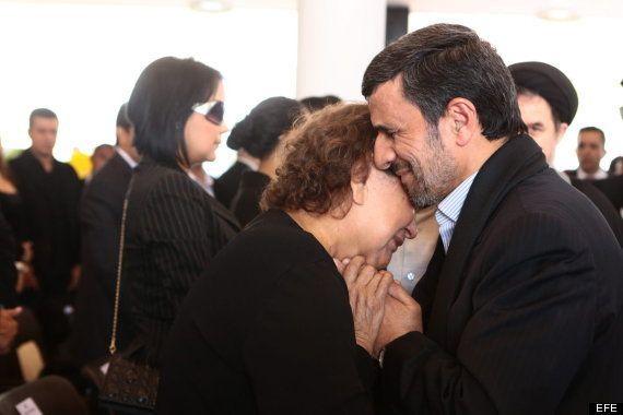 Mahmud Ahmadineyad, causa escándalo en Irán por tocar a la madre de