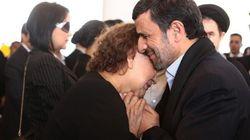 ¡Escándalo! Ahmadineyad toca a la madre de