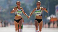 Estas dos atletas alemanas, criticadas por acabar así la maratón en