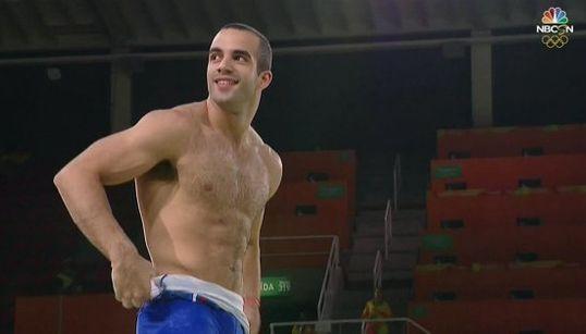 La razón por la que este gimnasta se quitó la camiseta antes de