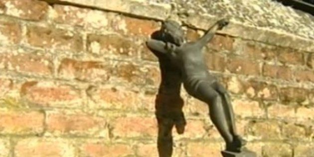 Roban unos 150 crucifijos de las lápidas del cementerio de