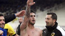 Un futbolista griego celebra un gol con el saludo nazi