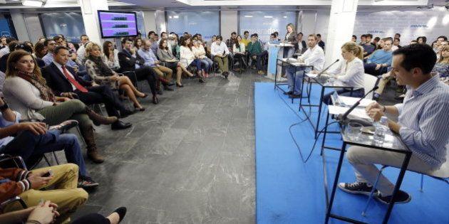 Un candidato a presidir Nuevas Generaciones de Madrid rompe una foto de Bárcenas ante