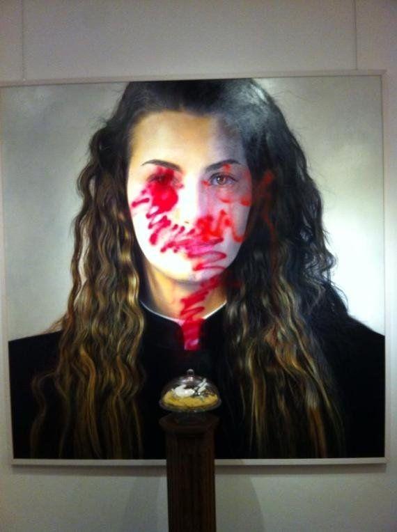 Acto vandálico contra la exposición de fotos gays que había