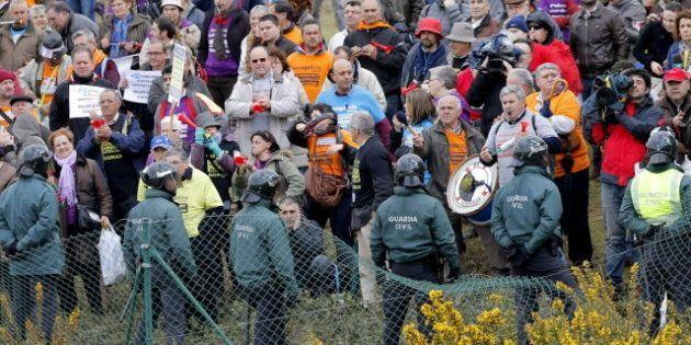 Cientos de afectados por las preferentes protestan a la entrada del Congreso provincial del PP de