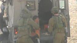Soldados israelíes arrestan a un menor palestino