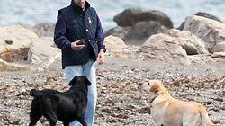 Aznar se salta las normas de Marbella al pasear a su perro por la