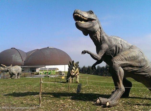 Tras las huellas de los dinosaurios en la costa asturiana