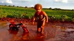 Un niño jugando en un charco de barro: una dosis de la alegría más pura en