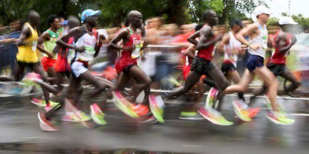 Después de correr durante 42 kilómetros, se resbala en la línea de meta y hace