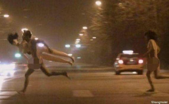 El misterio de la pareja que corre desnuda con una muñeca hinchable por Beijing