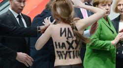 Las activistas semidesnudas, frente a Merkel y Putin