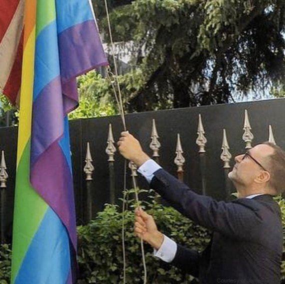 Conoce a la pareja gay que está ayudando a cambiar lo que significa ser embajador de