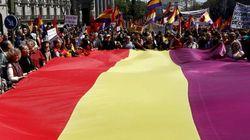 Decenas de miles de personas piden la proclamación de la III