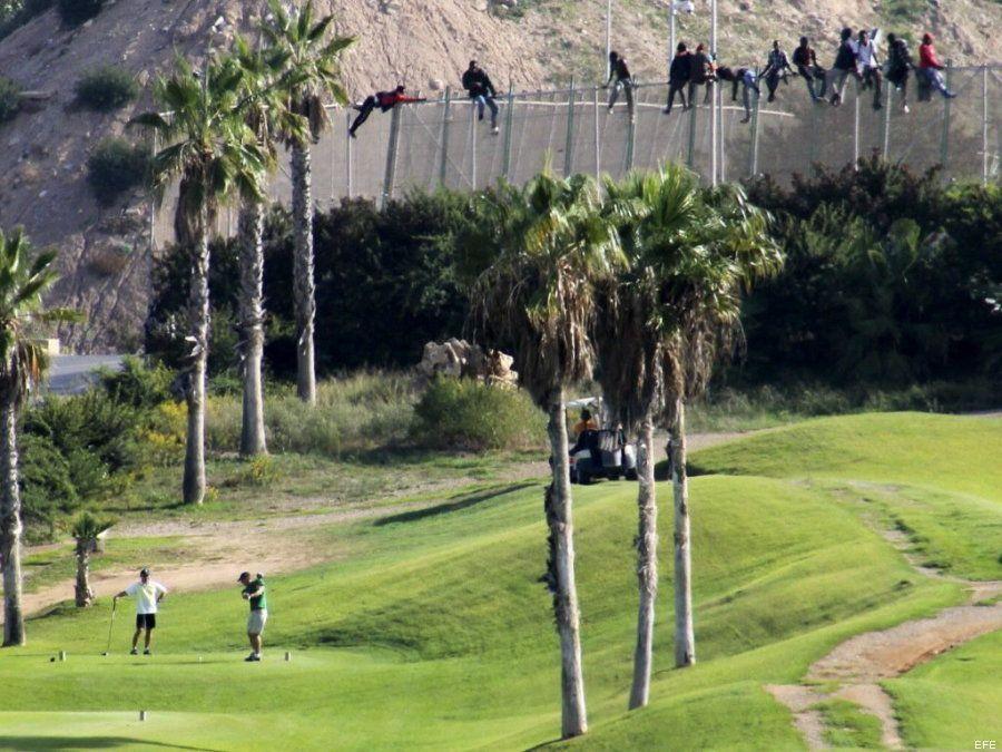 Dos mundos, en una foto: los inmigrantes en la valla de Melilla y un campo de