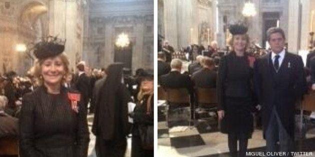 Esperanza Aguirre posa sonriente en el funeral de Margaret