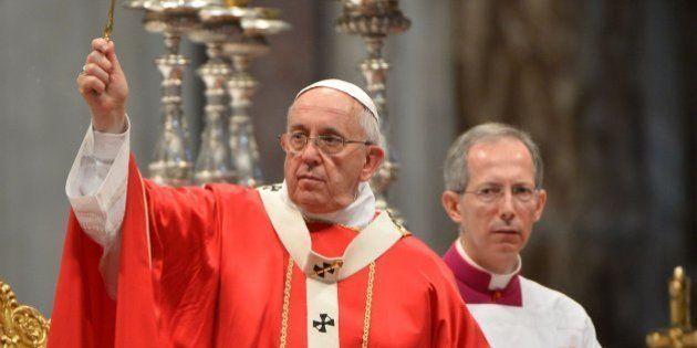 El gesto del papa: Francisco casa a una madre