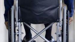 Denuncian que un restaurante impide entrar a un niño en silla de ruedas porque