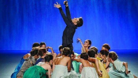Juan Duyos triunfa con su desfile-coreografía del Ballet Nacional de España en la 60ª