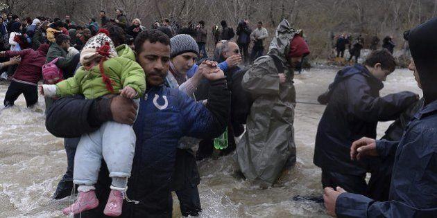 Decenas de periodistas detenidos en la frontera con